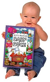 Baby mit personalisiertem Babybuch