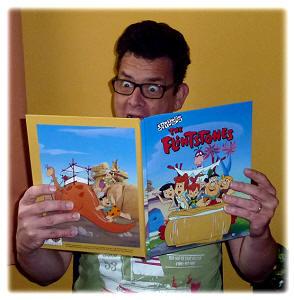 Erwachsener liest das personalisierte Flintstone Buch